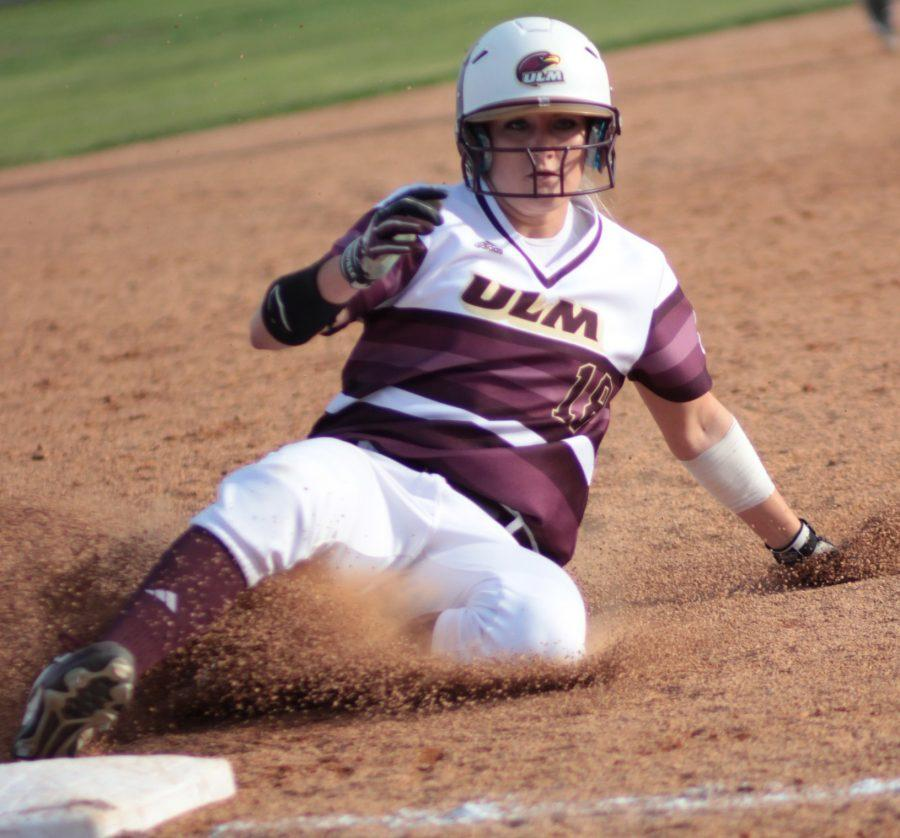 Softball splits Saturday with Mavs