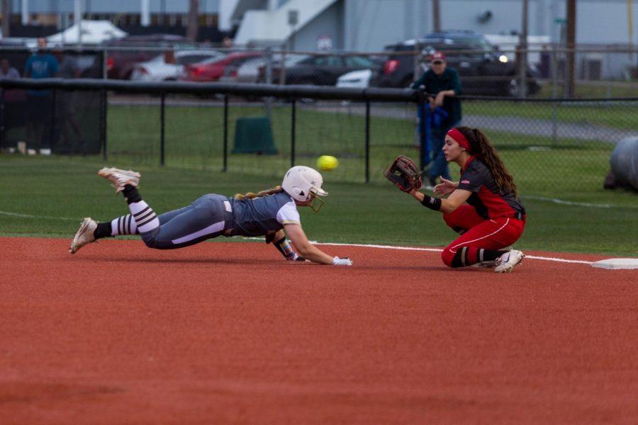 Softball: Women lose both games in series against GSU