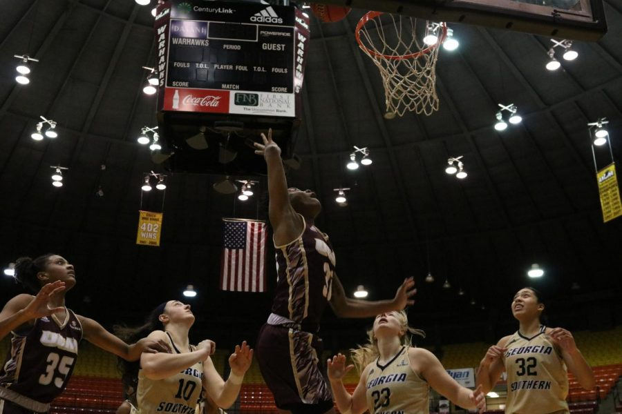 Women's basketball wins thriller at buzzer